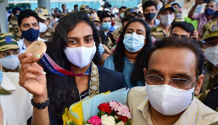 ढोल नगाड़े के साथ भारत में हुआ PV Sindhu का स्वागत, कहा- अब PM modi के साथ Ice Cream खाएंगी