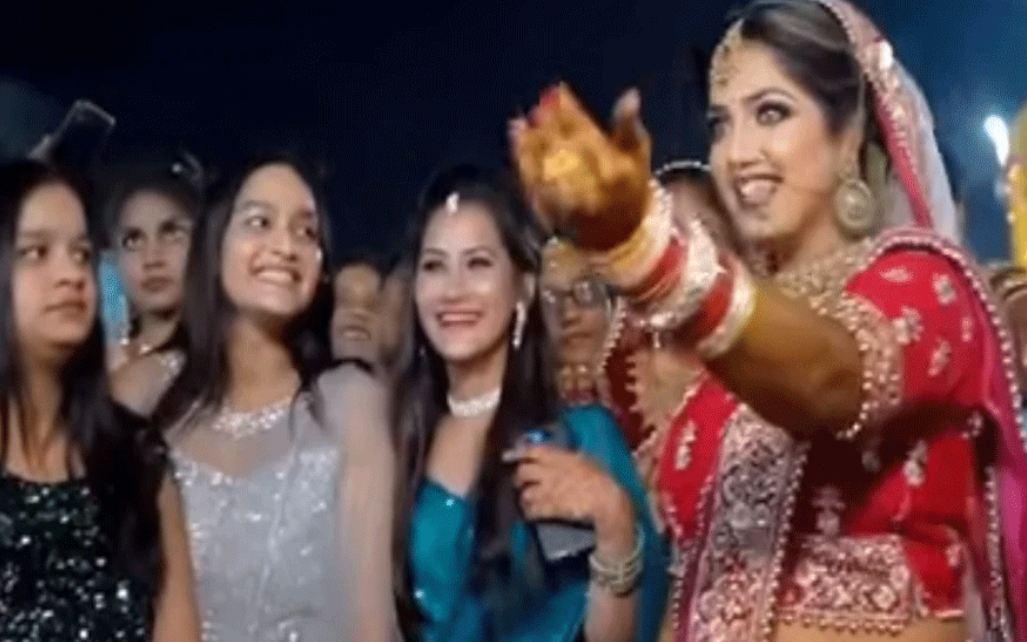 Wedding videos: मंडप में आई बरात में दुल्हन ढूंढने लगी अपना दूल्हा, नजर आते ही करने लगी ये काम…