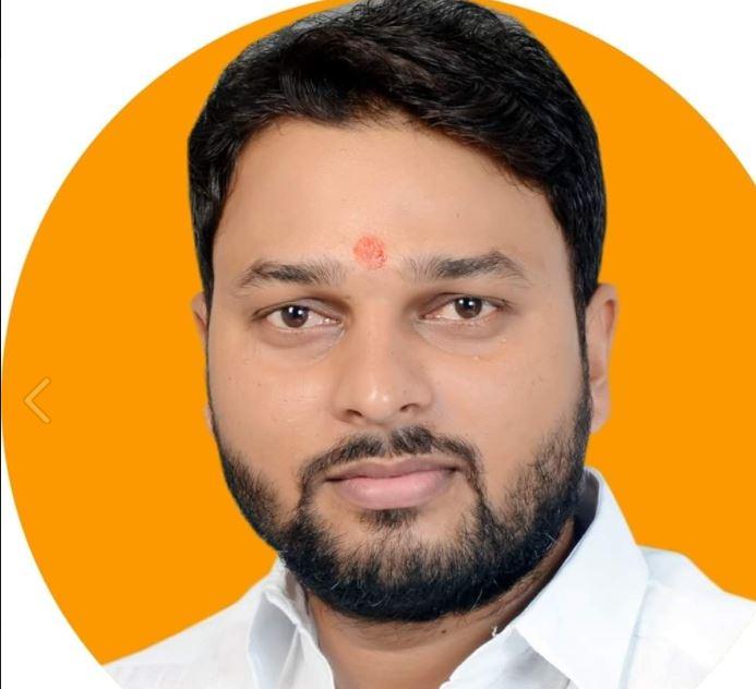 Vijay Rajbhar Jeevan Parichay: घोसी विधानसभा सीट से पहली बार में उपचुनाव में जीत दर्ज कर विधायक बना ये युवा राजभर नेता