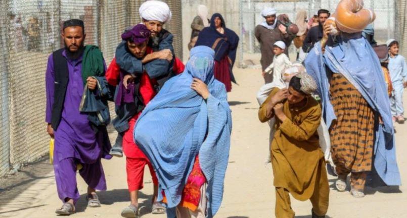 Afghanistan News: एयरपोर्ट का आसरा हुआ खत्म तो भागने के लिए बॉर्डर की तरफ जा रहे डरे सहमे लोग