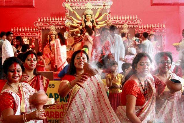 दुर्गा पूजा से पहले सामने आई हिजाब पहने माता की तस्वीर, लोगो ने पूछा अभिव्यक्ति के नाम पर ये कब तक चलेगा