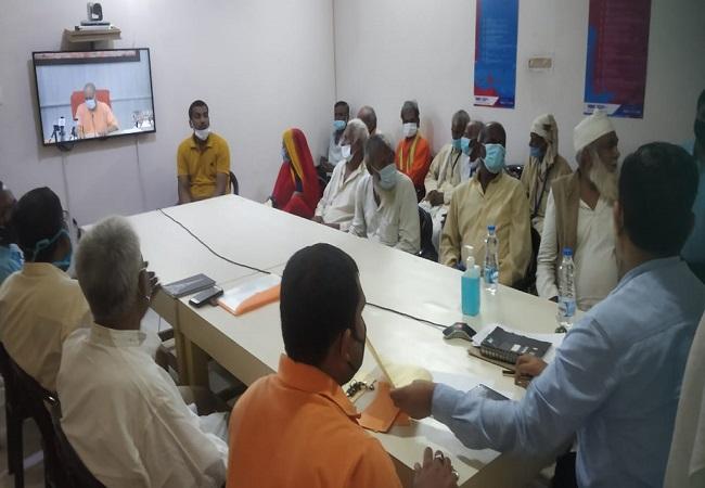 गोरखपुर : CM Yogi ने वृद्धा पेंशन ऑनलाइन हस्तांतरित की, लाभार्थियों के उज्जवल भविष्य की कामना