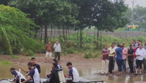Gujarat: जामनगर और राजकोट में भारी बारिश से बाढ़ के हालात, राहत व बचाव कार्य में तेजी