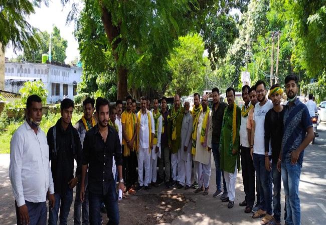 नंद गोपाल गुप्ता नंदी ने रघुराज प्रताप सिंह के खिलाफ की अभद्र टिप्पणी, सड़कों पर उतरे जनसत्तादल के कार्यकर्ता