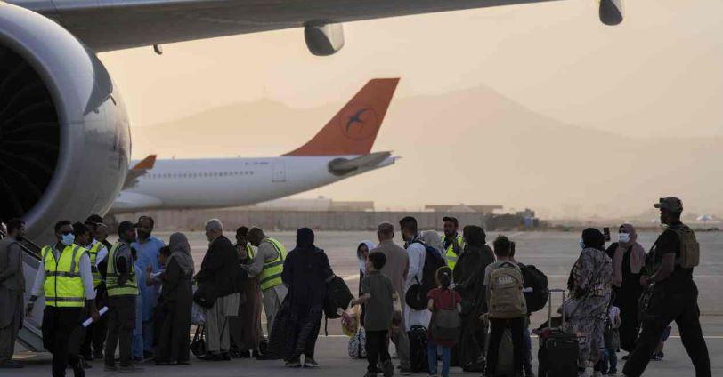 Afghanistan :काबुल इंटरनेशनल एयरपोर्ट से रवाना हुई पहली फ्लाइट, कतर पहुंचे विदेशी नागरिक