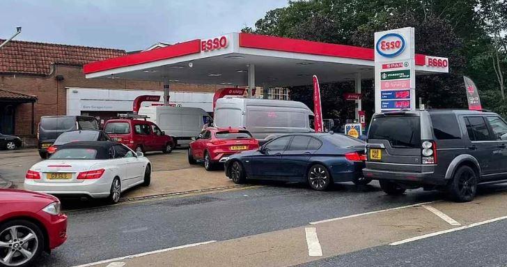 UK fuel crisis : लंदन की सड़कों पर पेट्रोल-डीजल के लिए मारपीट, PM जॉनसन बोले-हालात हो रहे बेहतर