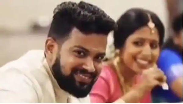 Video Viral : पकड़ी गई दूल्हा-दुल्हन की बेहद प्यारी चोरी, कैमरा देखकर बस हंस पड़ती है जोड़ी