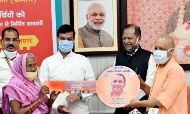 UP: साढ़े पांच लाख लोगों को मिली अपने घर की चाभी, CM योगी ने लाभार्थियों से की बात