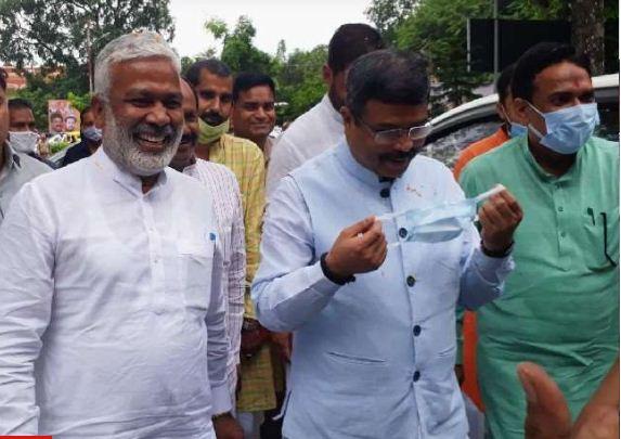 UP Election 2022: लखनऊ पहुंचे यूपी बीजेपी के चुनाव प्रभारी धर्मेंद्र प्रधान, एयपोर्ट पर हुआ भव्य स्वागत
