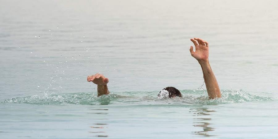 श्रावस्ती : दबंगों की दहशत से युवक तालाब में कूदा और डूबने से मौत, जानें क्या था माजरा?