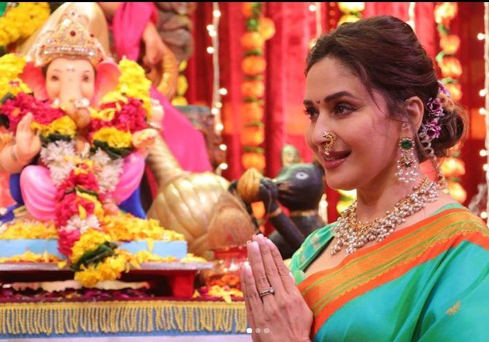 Madhuri Dixit ने किया Dance deewane के सेट पर बप्पा का स्वागत, बेहद गौर्जियस दिखी माधुरी