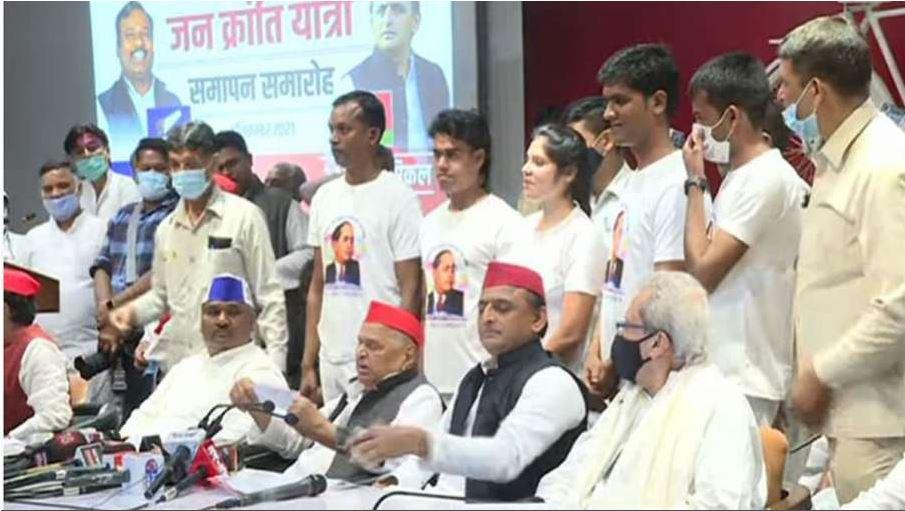 UP Election 2022: सपा कार्यालय पहुंचे मुलायम सिंह, अखिलेश बोले-400 सीटें जीतकर बनायेंगे सरकार