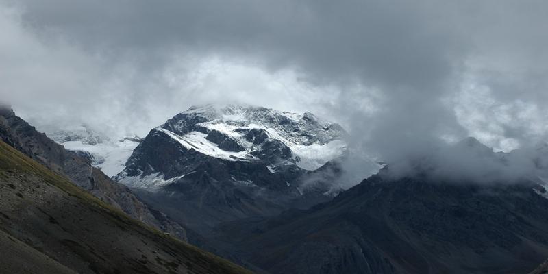 Miracle in Mount Kailash: इस पर्वत पर चमत्कारी रूप से खुद बनता है ॐ, देवता भी रोज करने आते हैं स्नान