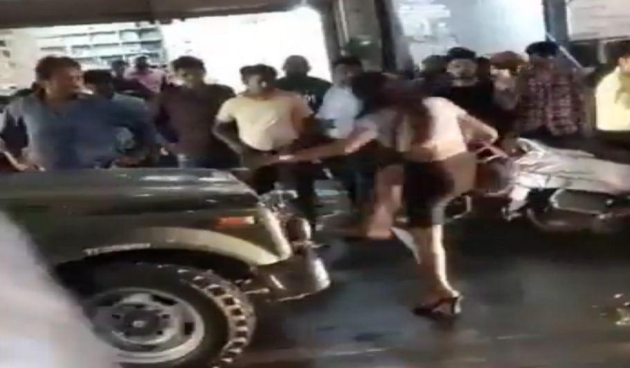 जब पापा की परी ने कर लिया सस्ता नशा, गाड़ी को मारने लगी लात और फिर सिपाही ने किया …VIDEO