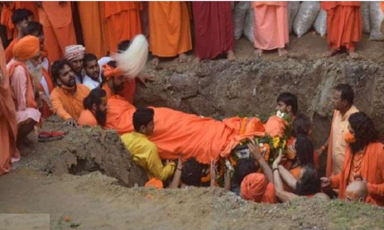 Mahant Narendra Giri Death: महंत नरेंद्र गिरि के पार्थिव शरीर को बाघंबरी मठ में दी गई भू-समाधि