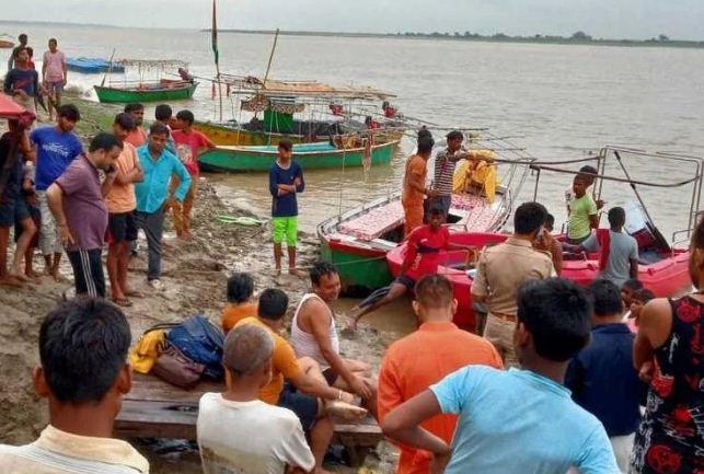 Mirzapur Braking: दर्शनार्थियों से भरी नाव गंगा नदी में पलटी, छह लोग लापता, मां विंध्यवासिनी के करने आए थे दर्शन