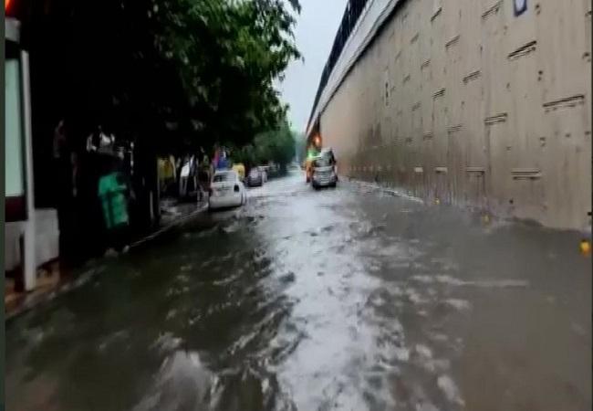 Delhi-NCR में तेज बारिश के बीच छाया अंधेरा, कई इलाकों में जलभराव से Traffic Jam