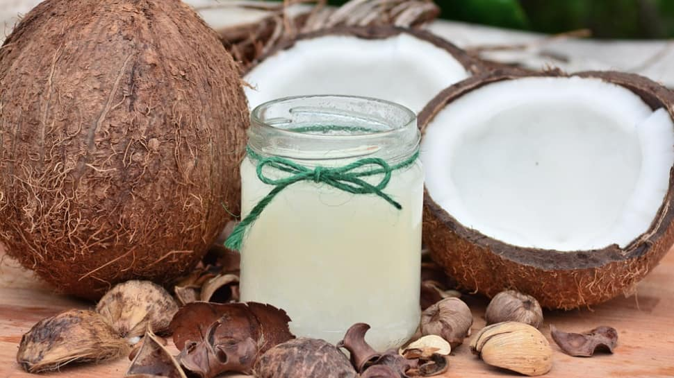 Coconut oil: जानिए कैसे नारियल आधारित तेल आपके बालों को दे सकते है मजबूती और पोषण
