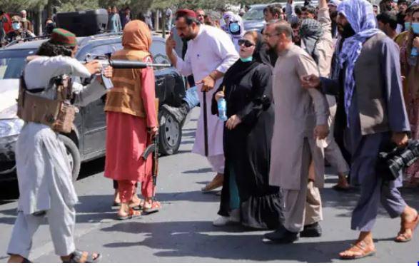 Afghanistan Protest: तालिबान लड़ाके ने महिला पर तान दी बंदूक', निडर प्रदर्शनकारी महिला डटी रही