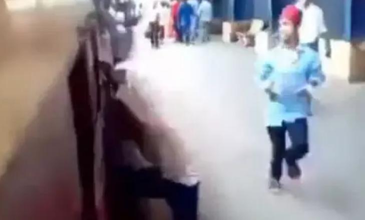 Viral Video: शख्स कर रहा था खतरनाक स्टंट, अचानक चल पड़ी ट्रेन और फिर…