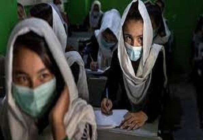 बुर्का पहनने के फरमान से आग बबूला छात्राएं बोली- शरिया कानून बर्दाश्त नहीं, किया पथराव