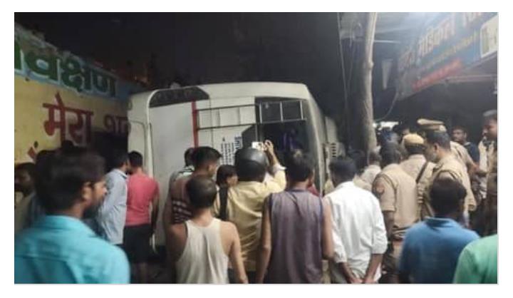 Ghaziabad: फ्लाईओवर से बस गिरी, 8 से 10 लोगों मरने की आशंका
