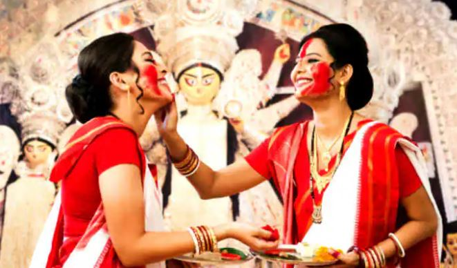 सिंदूर खेला 2021: दशहरे के दिन मनाई जाती है सिंदूर खेला की रस्म, जानें ये बड़ी और विशेष रस्म हैं