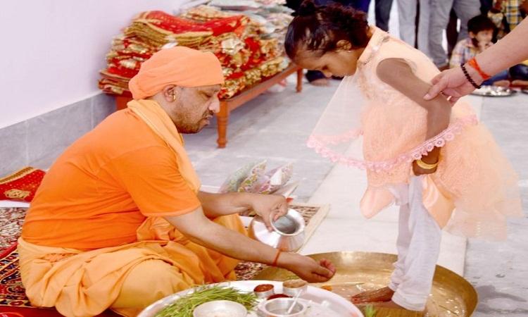 शारदीय नवरात्र: महानवमी पर सीएम योगी ने विधि-विधान से किया कन्या पूजन