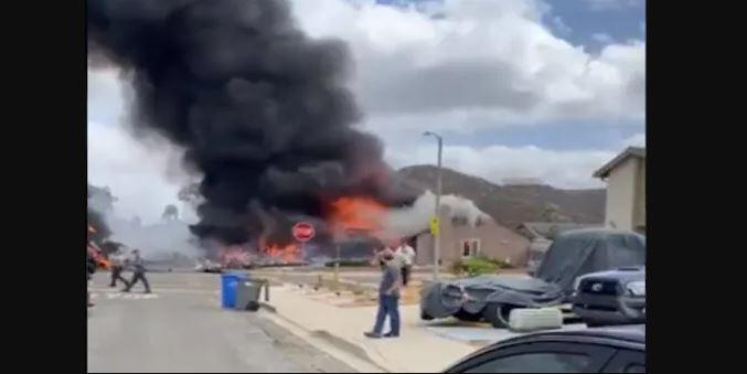 Video : हवा में उड़ रहा प्लेन अचानक दुर्घटनाग्रस्त होकर मकानों के ऊपर जा गिरा, दो लोगों की मौत